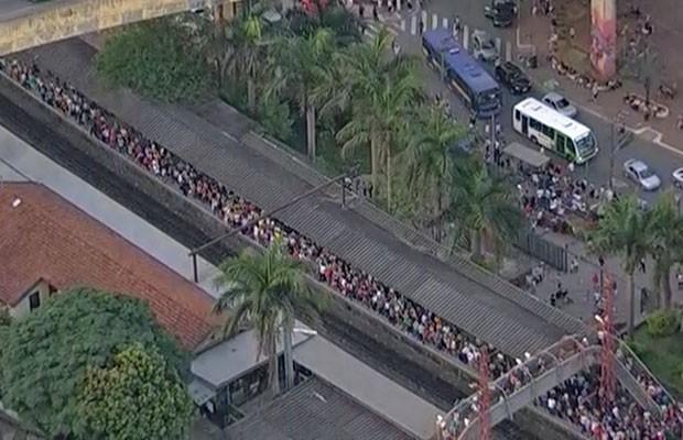 Estação Perus fica lotada por causa de problema na Linha 9 da CPTM (Foto: Reprodução/TV Globo)