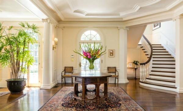 O hall de entrada com escada curvada (Foto: Reprodução/ Hilton & Hyland)