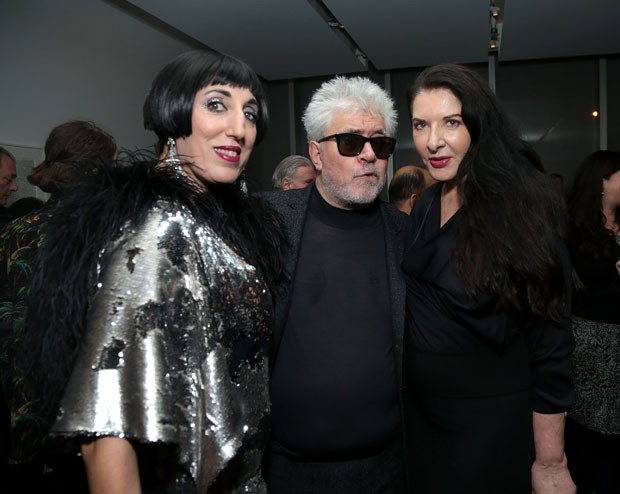 O cinesta espanhol Pedro Almodóvar, nesta terça-feira (29), durante a cerimônia de abertura da retrospectiva em sua homenagem no MoMA, em Nova York; a seu lado, a atriz Rossy de Palma (à esquerda) e a artista Abramovic (Foto: Jason Carter Rinaldi/Getty Images for Museum of Modern Art, Department of Film/AFP )