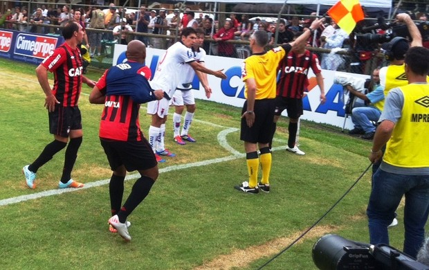 Lucio Flavio, do Paraná Clube, reclama de lance durante o jogo com o Atlético-PR (Foto: Gabriel Hamilko/GLOBOESPORTE.COM)