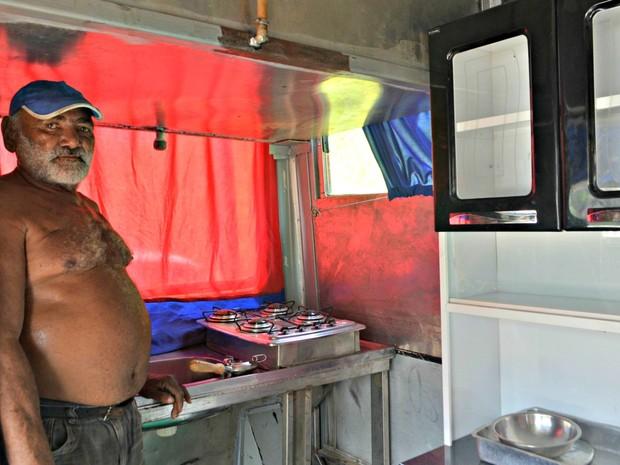 Raimundo Henrique de Araújo, de 67 anos, quer ir até Mossoró com casa adaptada em ônibus  (Foto: Adelcimar Carvalho/G1)