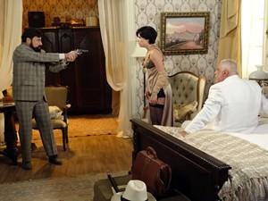 O mágico arma o falso flagrante a Ramiro e Anabela (Foto: Gabriela / TV Globo)