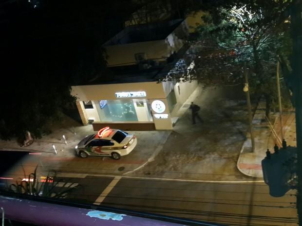 Policiais foram para o local após ataque (Foto: Vitor Vieira de Oliveira/G1)