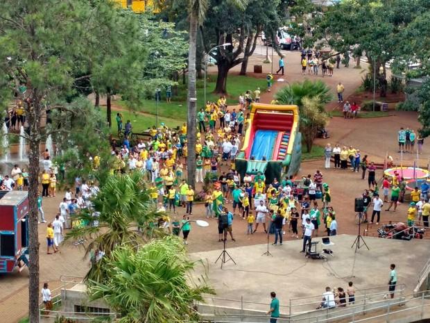 Em Ourinhos, o protesto acontece na Praça Melo Peixoto  (Foto: Fernanda Ubaid/ TV TEM)
