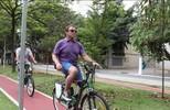 No Brasil para evento firness, Arnold Schwarzenegger anda de bicicleta em São Paulo