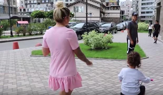Dani Souza e Dentinho com a filha (Foto: Reprodução/Youtube)