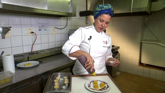 Chefe de cozinha Tereza Paim ensina receita de quindim (Foto: TV Bahia)