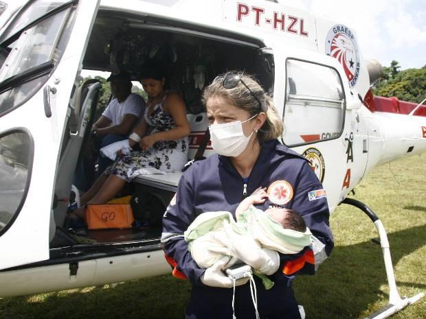 Bebê chegou à Belém de helicóptero acompanhado da mãe e de uma equipe médica. (Foto: Fernando Araújo/O Liberal)