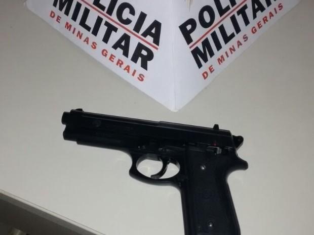 Polícia também encontrou uma um simulacro de arma de fogo. (Foto: Divulgação / PM)