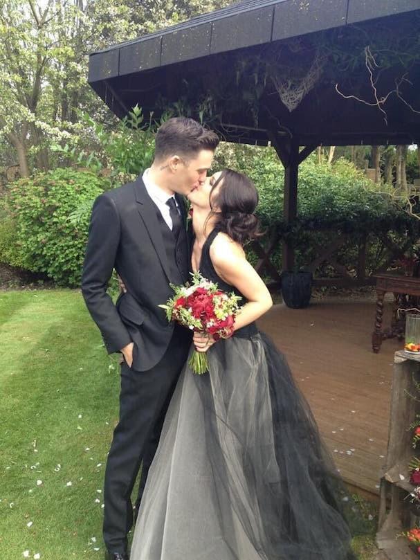 A atriz de Barrados no Baile Shenae Grimes, de vestido preto e cinza Vera Wang, se casa com o modelo Josh Beech (Foto: Reprodução/Twitter)