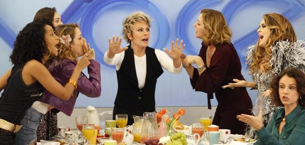 Acode, Louro José! Empreguetes batem boca com Chay e Lygia (Foto: Cheias de Charme / TV Globo)