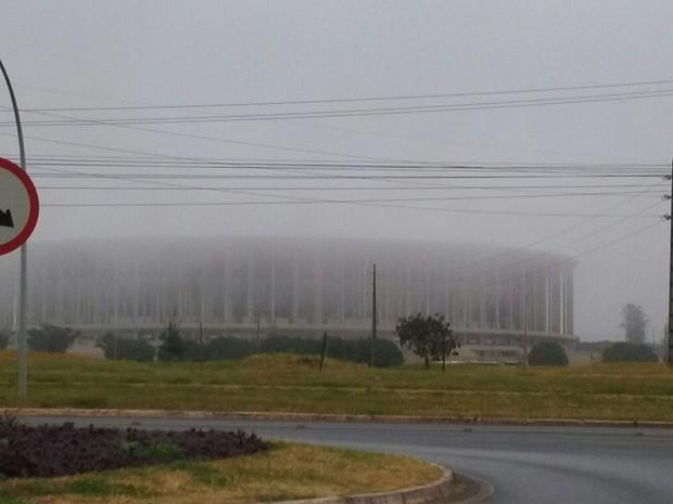 Frente fria provoca forte neblina em Brasília e deixa estádio coberto por nevoeiro (Foto: Fernando Caixeta/G1)