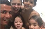 Cristiano Ronaldo aproveita piscina com o filho e sobrinhos (Instagram)