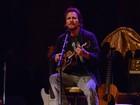 Eddie Vedder encarna 'tio gente fina', faz piada e mostra voz potente em SP