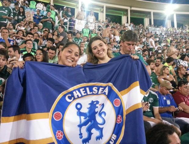 Torcedoras do Palmeiras com bandeira do Chelsea no Pacaembu (Foto: Marcos Guerra / globoesporte.com)