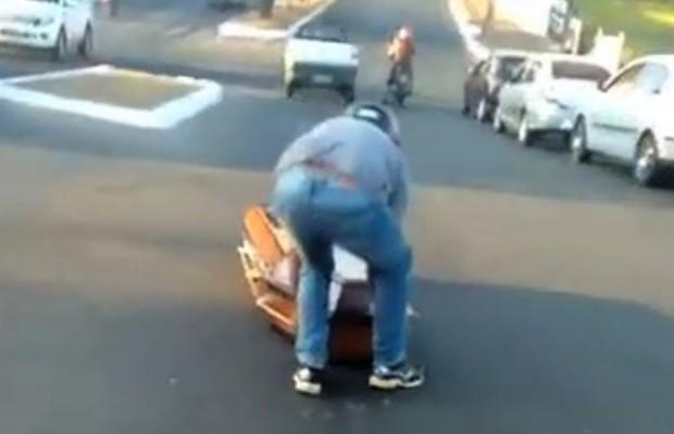 Eletricista reconhece moto roubada ao ver vídeo de caixão caindo em rua em Goiás (Foto: Reprodução)