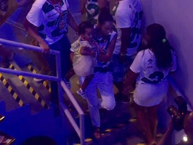 Tais Araújo com a filha mais nova no colo em camarote de Salvador (Foto: Elias Dantas/Ag Haack)