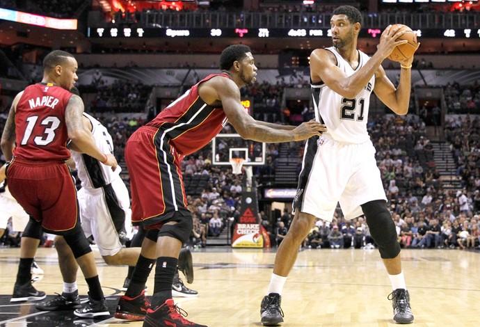 Tim Duncan e Haslem, Spurs X Heat (Foto: Agência Reuters)