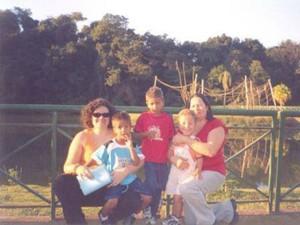 Com a mãe, Mônica leva as crianças para passeio  (Foto: Arquivo Pessoal)