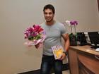 Ex-BBB Eliéser faz surpresa para Kamilla com direito a beijo e flores