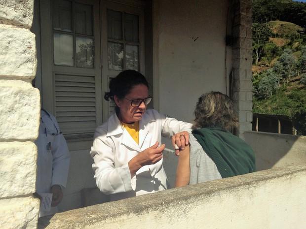 Vacinação volante imuniza moradores das áreas rurais.  (Foto: Divulgação / Ascom PMP Petrópolis)