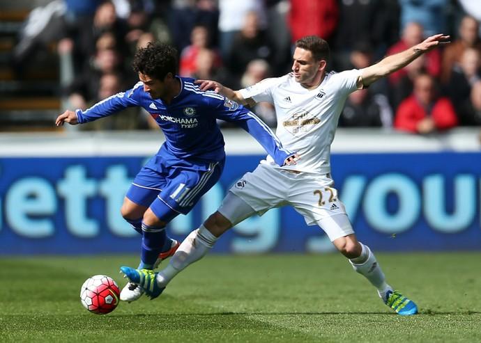 Pato foge da marcação em Swansea x Chelsea (Foto: Reuters / Matthew Childs )