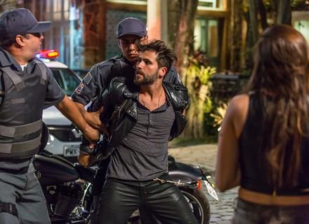 Mario sofre acidente e é parado pela polícia: 'Acabou a brincadeira, motoqueiro fantasma'