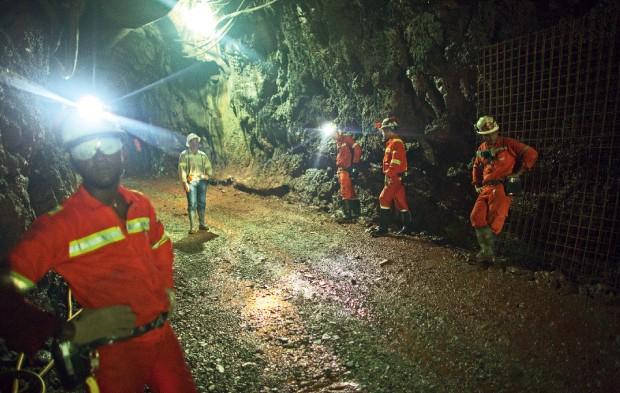 Saem de cena os garimpeiros enlameados para dar lugar a máquinas que vão explorar o ouro em túneis (Foto: Luiz Maximiniano)