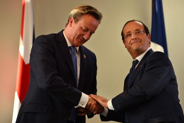 O premiê britânico, David Cameron, e o presidente francês, François Hollande, durante encontro nesta quinta-feira (6) em Paris (Foto: AFP)