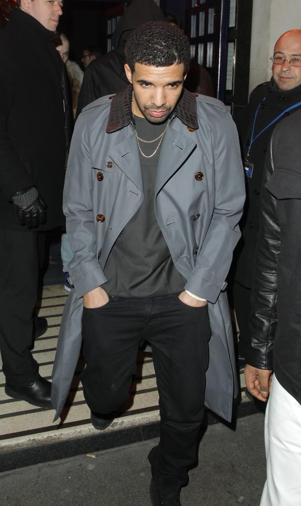 Rihanna cobre o rosto ao sair de boate com o ex em Londres