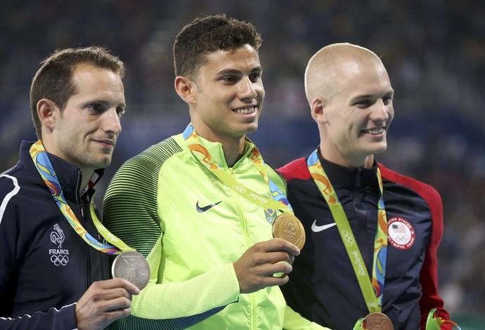Thiago Braz, Renaud Lavillenie e Sam Kendricks durante cerimônia de entrega de medalhas do salto com vara (Foto: Sergio Moraes/Reuters)