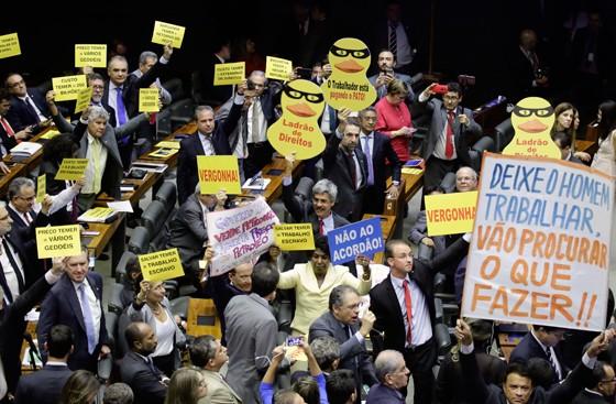 Deputados protestos contra e a favor da continuidade da denúncia contra Michel Temer, em votação no Plenário (Foto: Luis Macedo/Câmara dos Deputados)