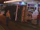Caminhão carregado com tubos de PVC tomba em avenida de São Carlos