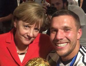 Podolski ao lado de Angela Merkel nos vestiários do Maracanã (Foto: Reprodução/Twitter)