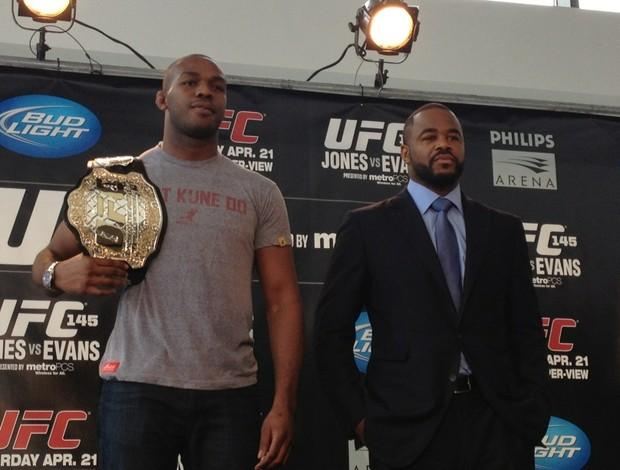 Jon Jones e Rashad Evans lado a lado em coletiva do UFC (Foto: Reprodução Twitter)