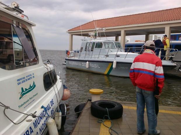 Grávidas foram levadas por lancha de Capitania dos Portos (Foto: RBS TV)