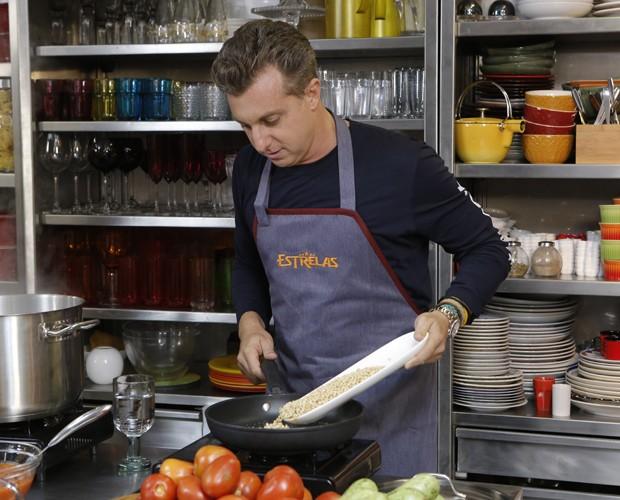 Luciano coloca a mão na massa na cozinha (Foto: Felipe Monteiro / Gshow)