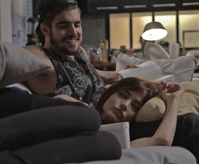 O cara se diverte ao fazer a arquiteta e o bebê dormirem com sua leitura (Foto: TV Globo)