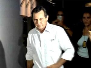 Silval Barbosa (PMDB) se apresentou à Justiça e depois foi levado para depor na Delegacia Fazendária. (Foto: Reprodução / TVCA)