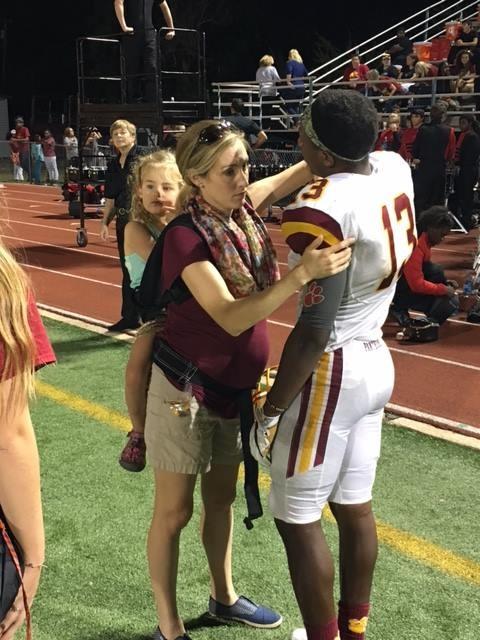 Megan Meier cuidando de jogador em partida de futebol americano (Foto: Reprodução Facebook)