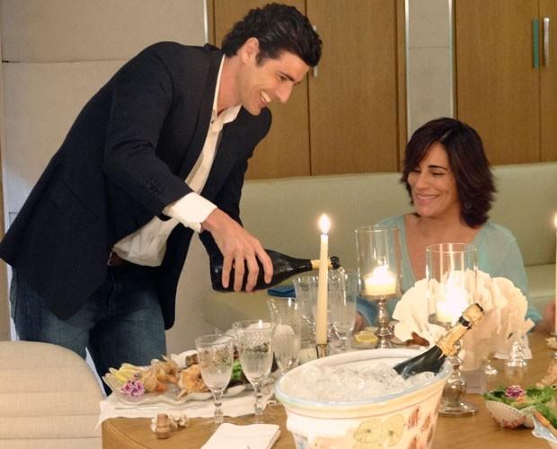 Nando se anima e deixa Roberta ainda mais encantada (Foto: Guerra dos Sexos / TV Globo)