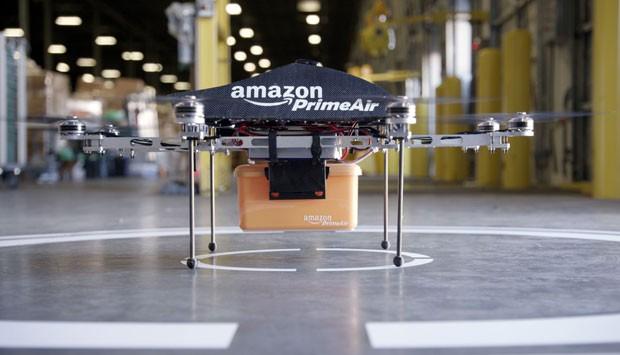 Parte inferior do drone possui caixa para levar a encomenda ao cliente. Máquina decolará de pontos de distribuição da Amazon nas cidades (Foto: AFP)
