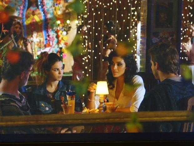 Amaralina leva Duque e Cassiano até a boate em que Cristal se apresenta (Foto: Flor do Caribe/ TV Globo)