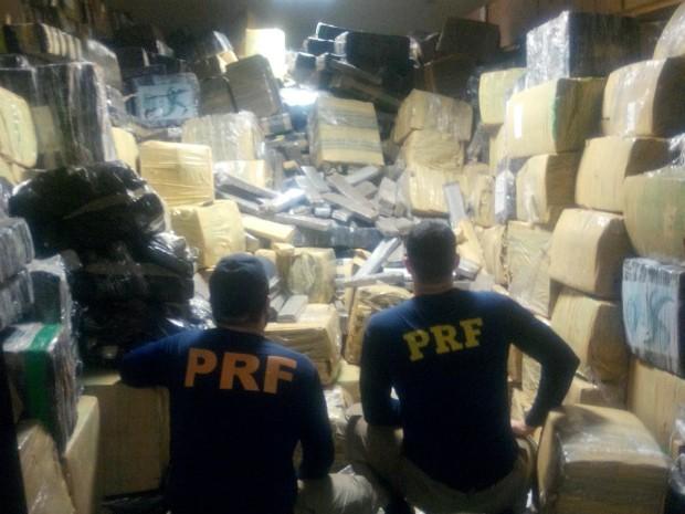 Mais de 24 toneladas de maconha foram encontradas dentro de um caminhão bitrem (Foto: Divulgação/Polícia Rodoviária Federal)