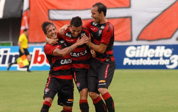 Ayrton gol Vitória (Foto: Romildo de Jesus / Agência Estado)