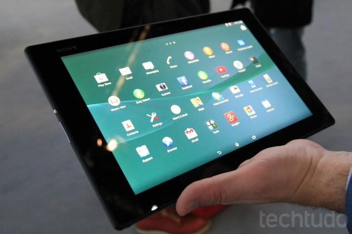 Tablet Z2 é bem fino, tem tela de 10.1 polegadas e é a prova d'água (Foto: Isadora Díaz/TechTudo)