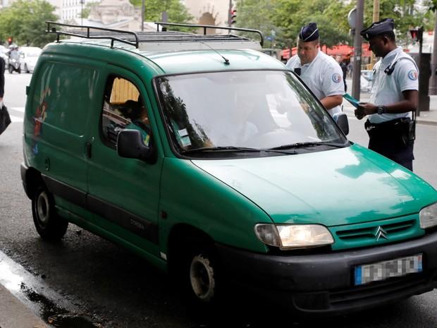 Carros com 19 anos ou mais não podem circular dentro de Paris (Foto: François Guillot/AFP)