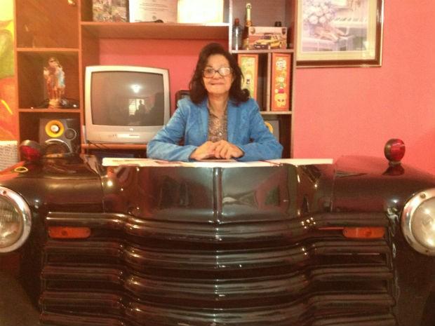 A apresentadora exibe com orgulho o cenário usado no programa e que fica na sala casa dela (Foto: Cassiane Seghatti/G1)
