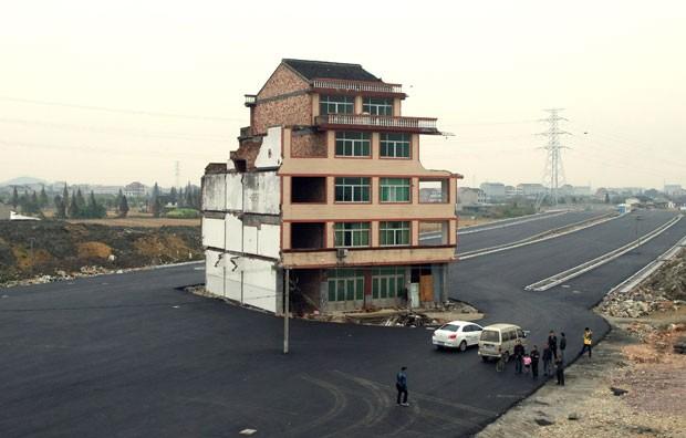 Surpresos com o desvio, motoristas que passam pelo local costumam parar para ver o prédio. (Foto: AFP)