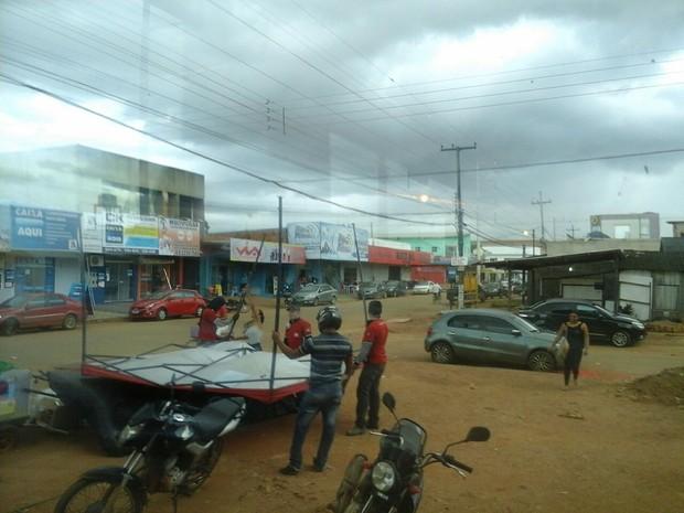 Ventania causou transtorno a vendedora autônoma na Zona Leste de Porto Velho (Foto: Hosana Morais/G1)
